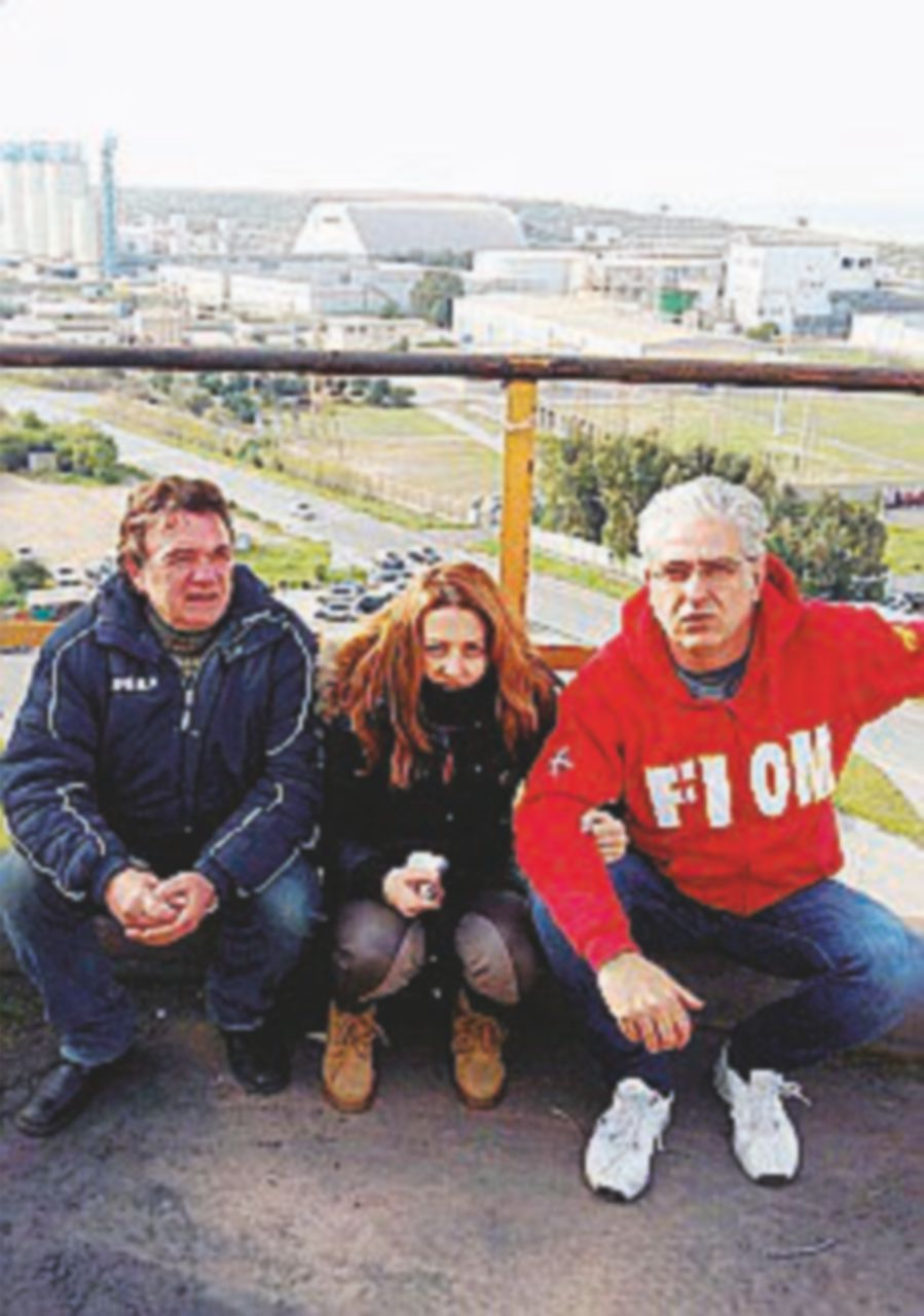 Alcoa, in tre sotto la pioggia sul silos alto 60 metri