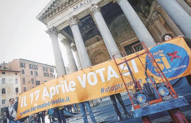 Verso il 17 aprile  - Dagli striscioni sulle  scogliere alle  manifestazioni di piazza:  la mobilitazione per il  referendum   sulle trivelle  - Ansa