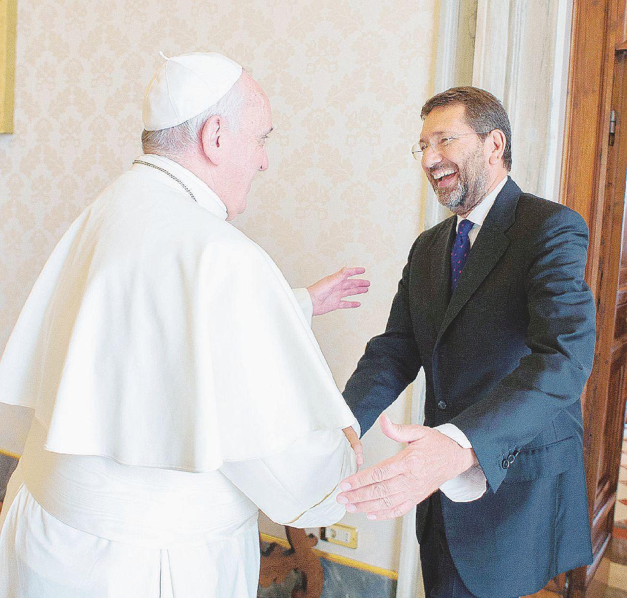 Le verità di Marino: poteri forti, raccomandati e pace col Papa