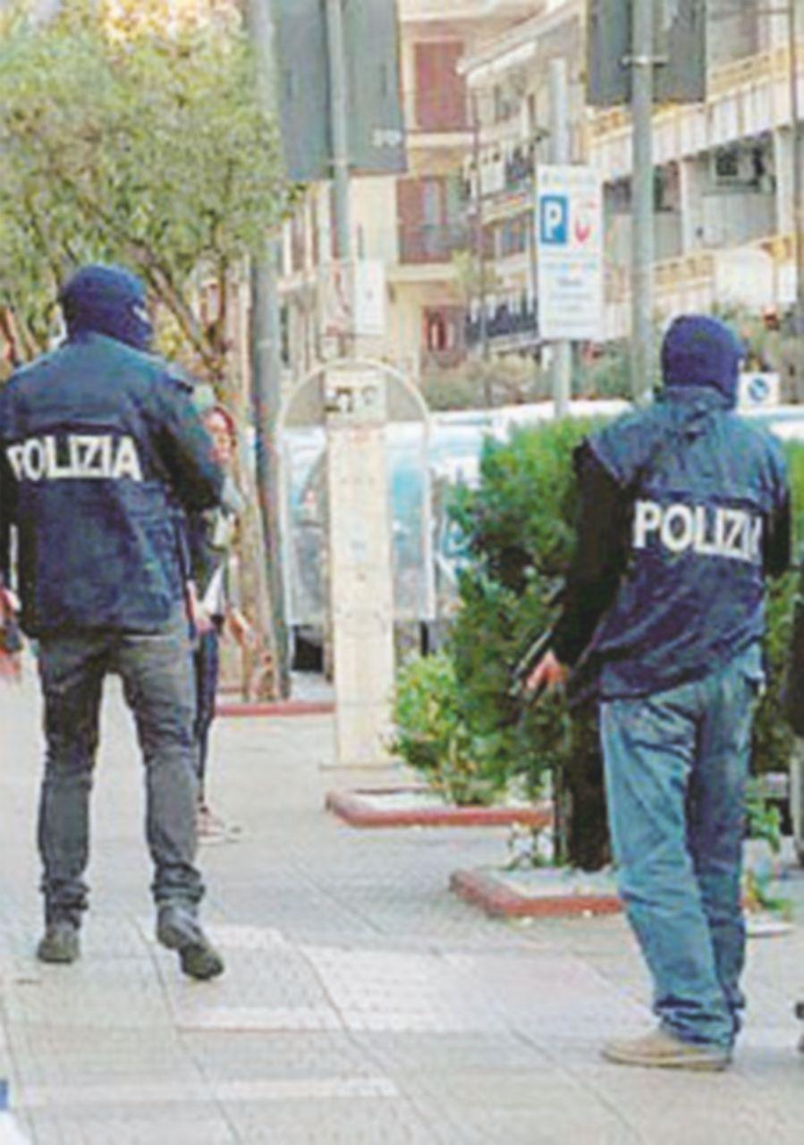 Finti poliziotti fanno rapine a mano armata nel suk di Milano