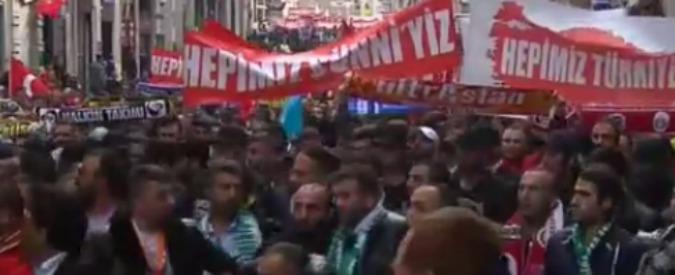 Turchia, tifosi di calcio in corteo a Istanbul contro il terrorismo – Video