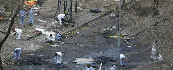"""Attentato Ankara, il governo accusa i curdi. Media: """"Kamikaze studentessa che si unì a Pkk"""". Raid aerei nel nord dell'Iraq"""