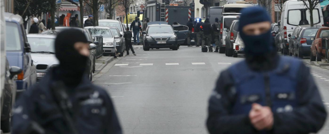 """Salah Abdeslam dopo arresto: """"Contento che sia finita. Non ne potevo più"""". Trovati detonatori nel covo di Molenbeek"""