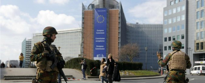 Attentati Bruxelles, racconto dal Parlamento Ue blindato. Dentro onorevoli e staff davanti alle tv, fuori l'esercito