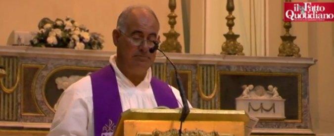 Augusta, Curia chiede dimissioni del prete che legge in chiesa i nomi dei morti per inquinamento. E la città si mobilita