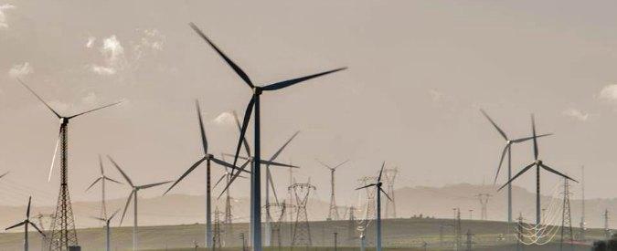 """Energia, il piano M5s: """"Zero fonti fossili entro 2050"""". Renzi: """"Basta ambientalismo ideologico, ma più rinnovabili"""""""