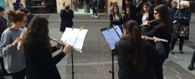 """I licei musicali protestano: """"Insegnanti di musica esclusi dai concorsi"""". E in piazza le suonano al governo Renzi (VIDEO)"""