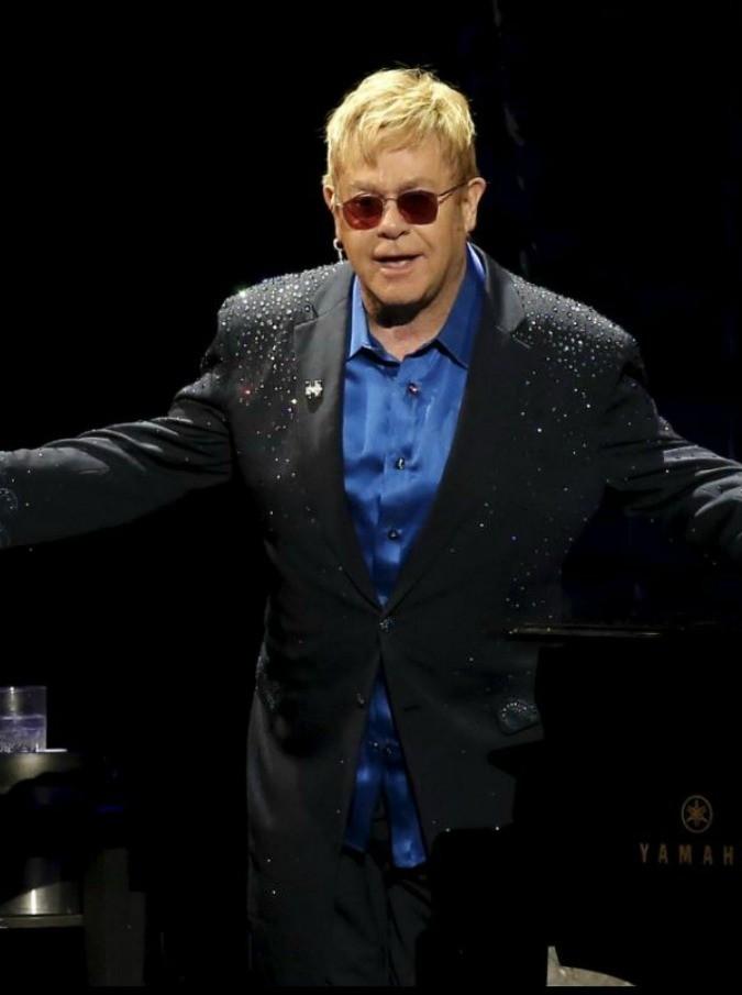 """Elton John accusato di molestie dall'ex bodyguard: """"Ha tentato di afferrarmi i genitali"""". Stefano Gabbana: """"Che cosa racconterà a suo figlio?"""""""
