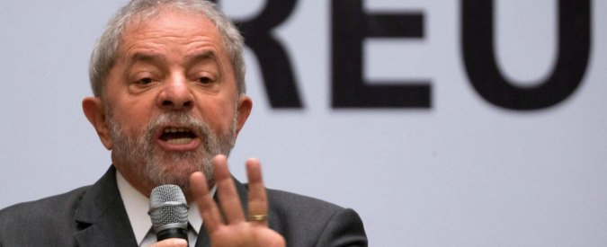 Tangenti Brasile, ex presidente Lula prelevato (poi rilasciato) da polizia per interrogatorio. Perquisite case e fondazione
