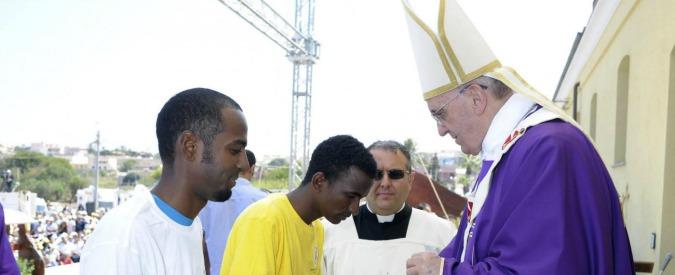 Papa Francesco, la lavanda dei piedi con 12 profughi del Cara di Castelnuovo