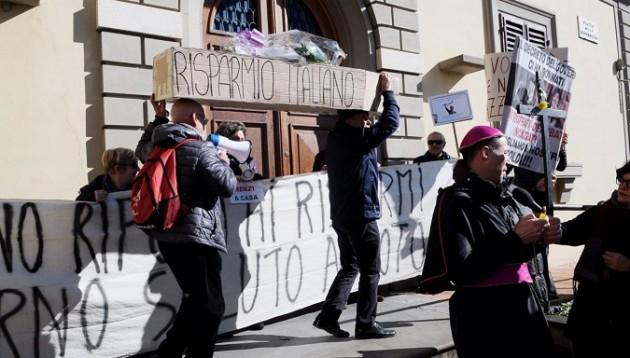 Firenze, manifestazione Risparmiatori Uniti in Piazza della Repubblica