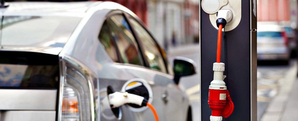 Auto elettriche, Delrio promette 20 mila colonnine di ricarica. Utopia o realtà?