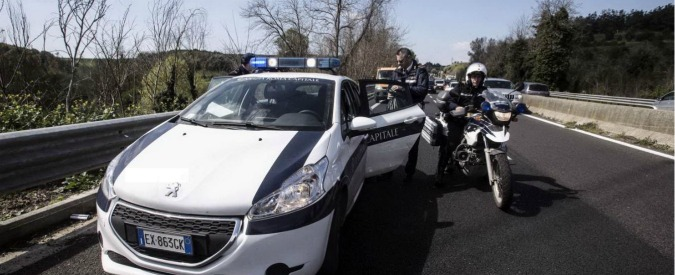 Roma, ciclisti travolti dal suv che poi scappa. La conducente si costituisce dopo ore. Uno dei feriti muore all'ospedale