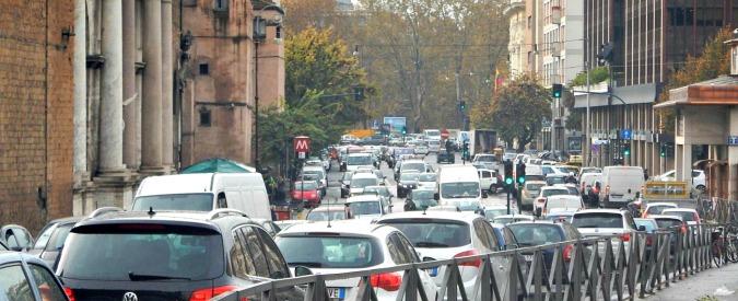 Traffico stradale, in Italia sta diminuendo da due anni (anche se non si vede)