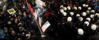 """Turchia, polizia fa irruzione nella sede del giornale d'opposizione 'Zaman'. """"Cacciati. E' la fine della democrazia"""""""