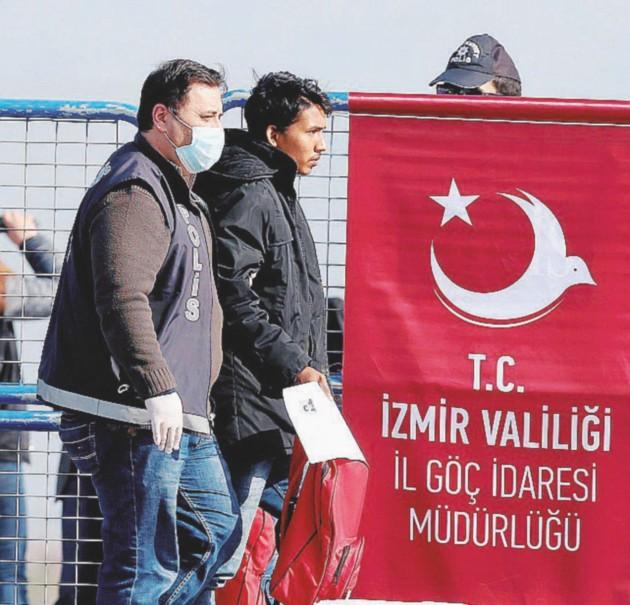Rifugiati scortati dalla  polizia turca  dopo il loro  arrivo dalla  Grecia -  Ansa