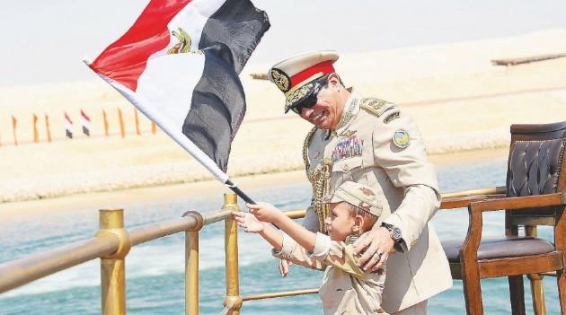 Il presidente Al-Sisi; accanto, Amr Darrag. A seguire sostenitori di Morsi   -  Ansa / LaPresse