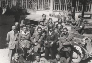 I partigiani garibaldini festeggiano la Liberazione su un'automobile requisita, appartenuta a Benito Mussolini1945 - Anpi Brescia