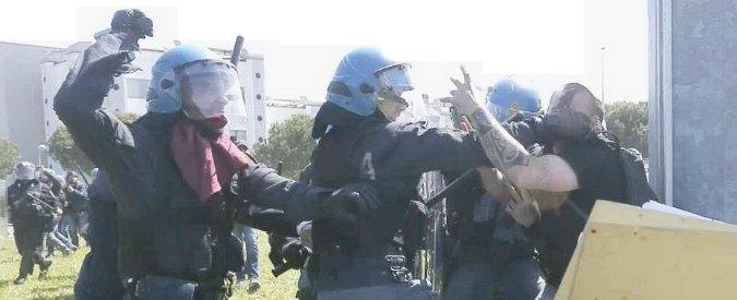"Internet Day, scontri a Pisa tra polizia e manifestanti anti-Renzi e Salva-banche. Premier: ""Spiace, ma è incomprensibile"""