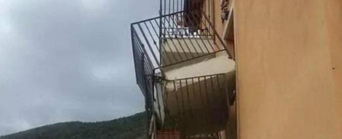 Terremoto L'Aquila, sette anni fa 309 morti. E i balconi delle casette antisismiche continuano a crollare