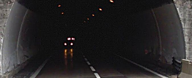 Gran Sasso, tunnel chiuso dopo incendio di un pullman. Passeggeri evacuati nei rifugi di sicurezza