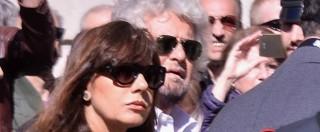 """Gianroberto Casaleggio, i funerali a Milano. E davanti alla chiesa cittadini e militanti M5s gridano: """"Onestà"""" – FOTO E VIDEO"""