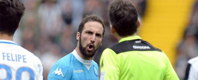 """Gonzalo Higuain, l'attaccante del Napoli rischia 8 giornate. E il candidato sindaco Lettieri dice: """"È una mafia calcistica"""""""
