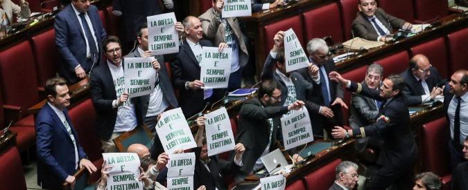 """Legittima difesa, il testo ritorna in commissione e maggioranza spaccata. La Lega sulle barricate: """"Vergogna"""""""
