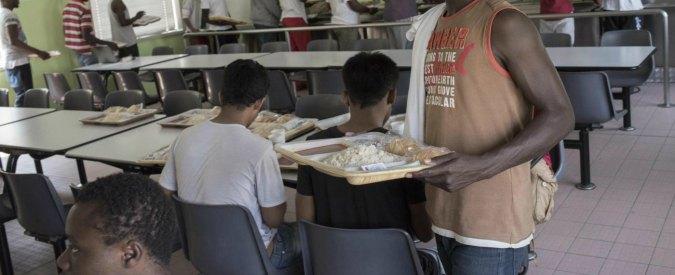 """Reggio Emilia, la rivolta dei migranti per """"la scarsa qualità della mensa"""". Assessore Pd: """"Da calci nel culo"""""""