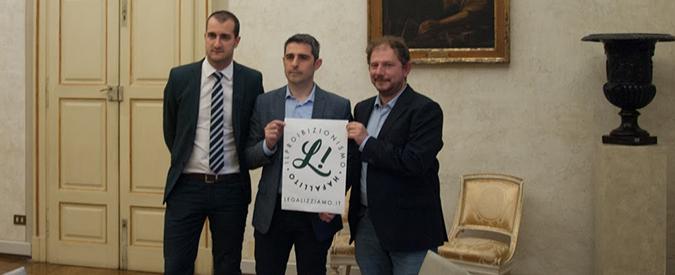 Parma, Pizzarotti è il primo sindaco antiproibizionista d'Italia: firma la legge per la legalizzazione della cannabis