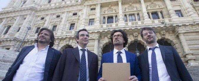 """Riforme, opposizioni consegnano firme per referendum in Cassazione. Anche Forza Italia per il """"no"""""""