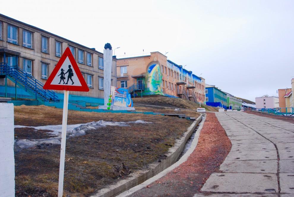 Barentsburg, edifici in stile sovietico sulla via principale lastricata di cemento