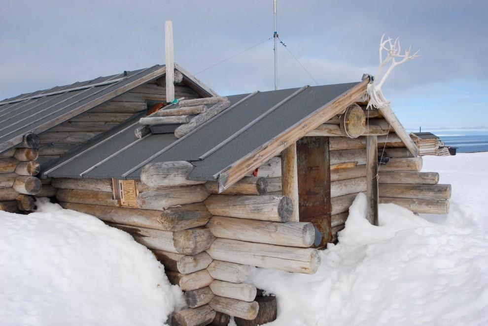Una capanna di tronchi, rifugio per cacciatori