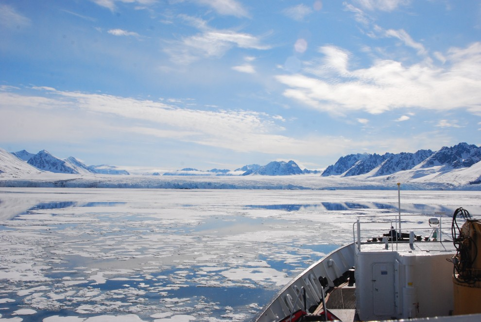 In navigazione nel mare ghiacciato di un fiordo