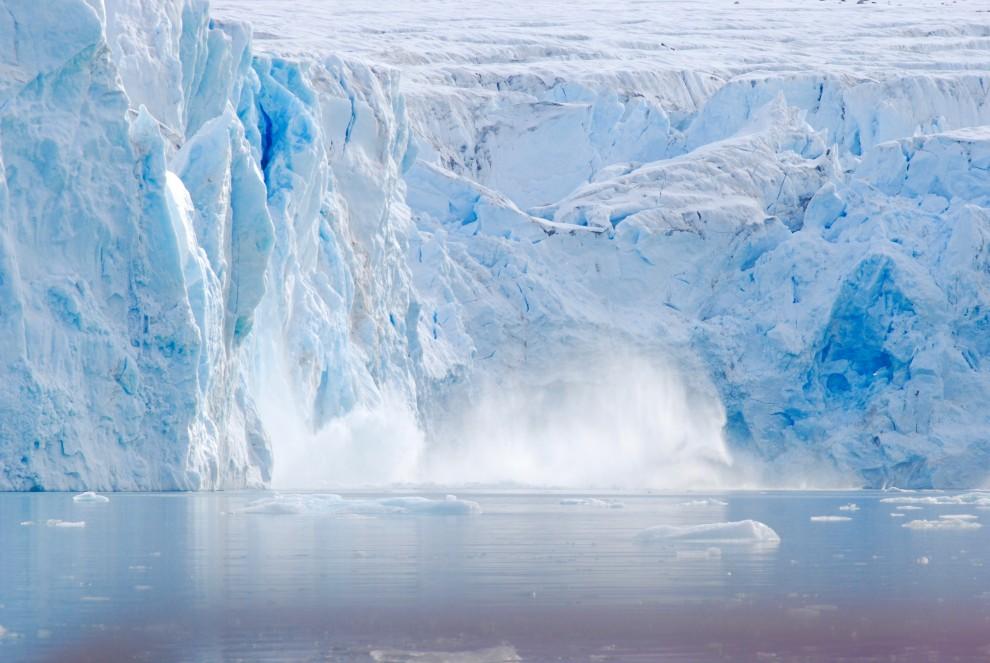 Un blocco si è appena staccato dalla parete di ghiaccio nel Magdalenefjord