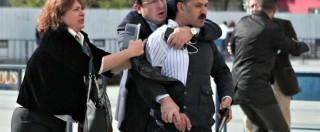 Turchia, giornalista di opposizione Can Dundar scampa a un attentato. E poi è condannato a cinque anni di carcere