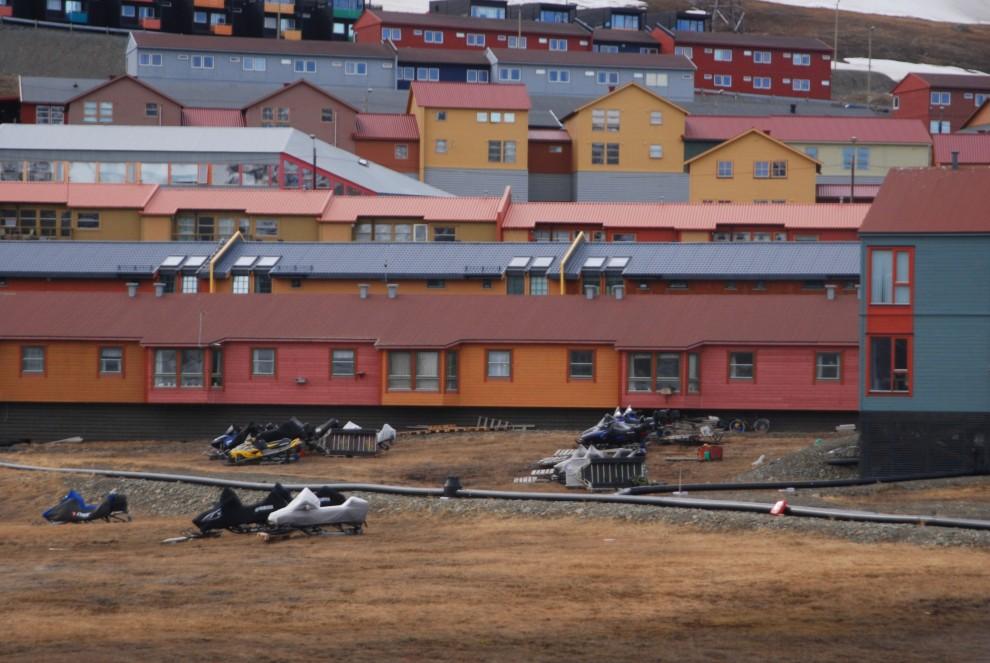 Ny-Alesund, motoslitte a riposo  nella bella stagione
