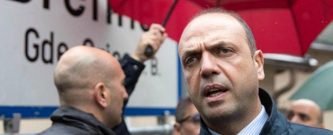 """Migranti, Alfano: """"Apriremo hotspot galleggianti per non far fuggire nessuno"""""""