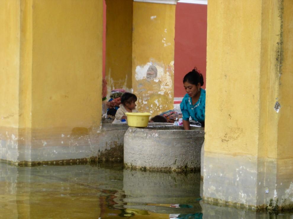 Antigua, il bucato in un lavatoio pubblico