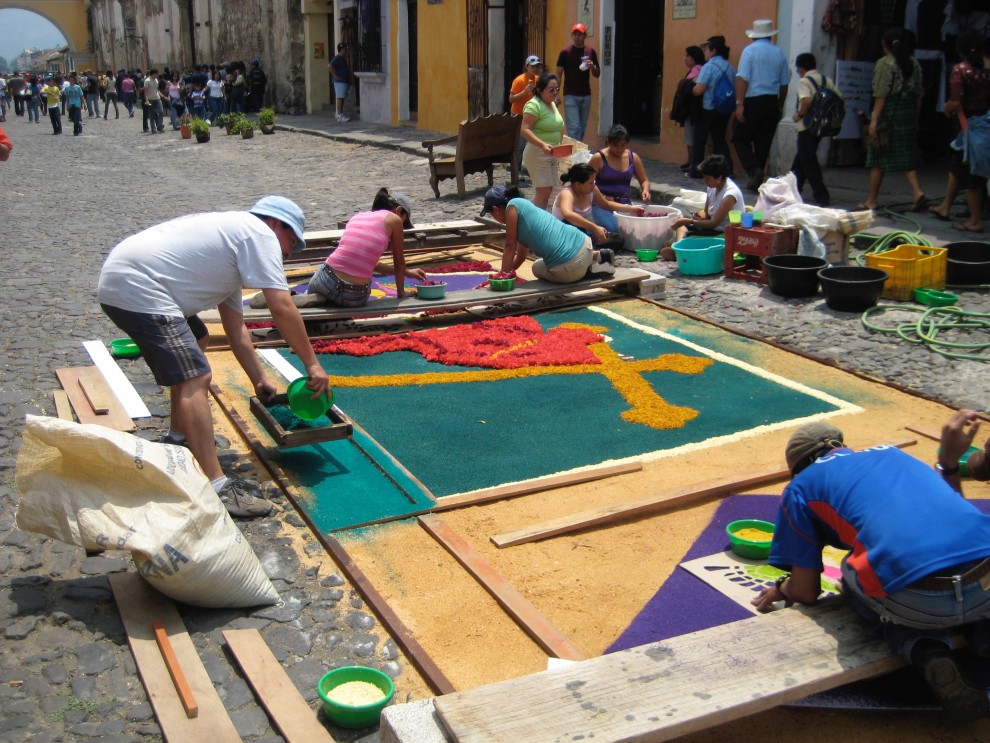 "Semana Santa ad Antigua, ""alfombras"" di segatura"