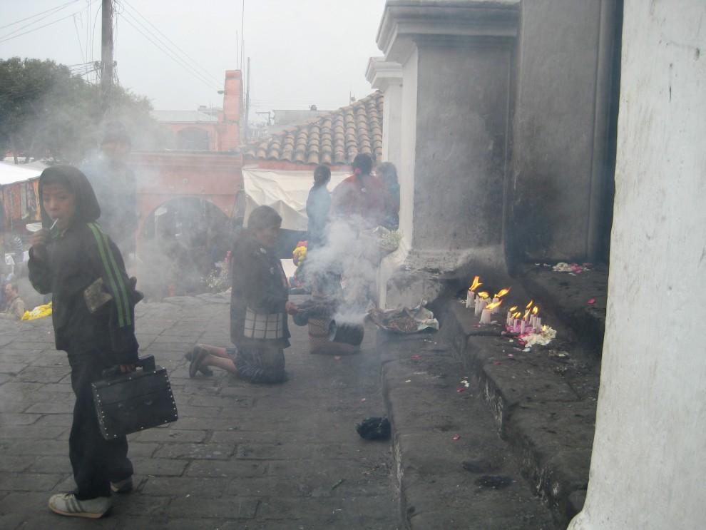 Chichicastenango, riti davanti alla chiesa