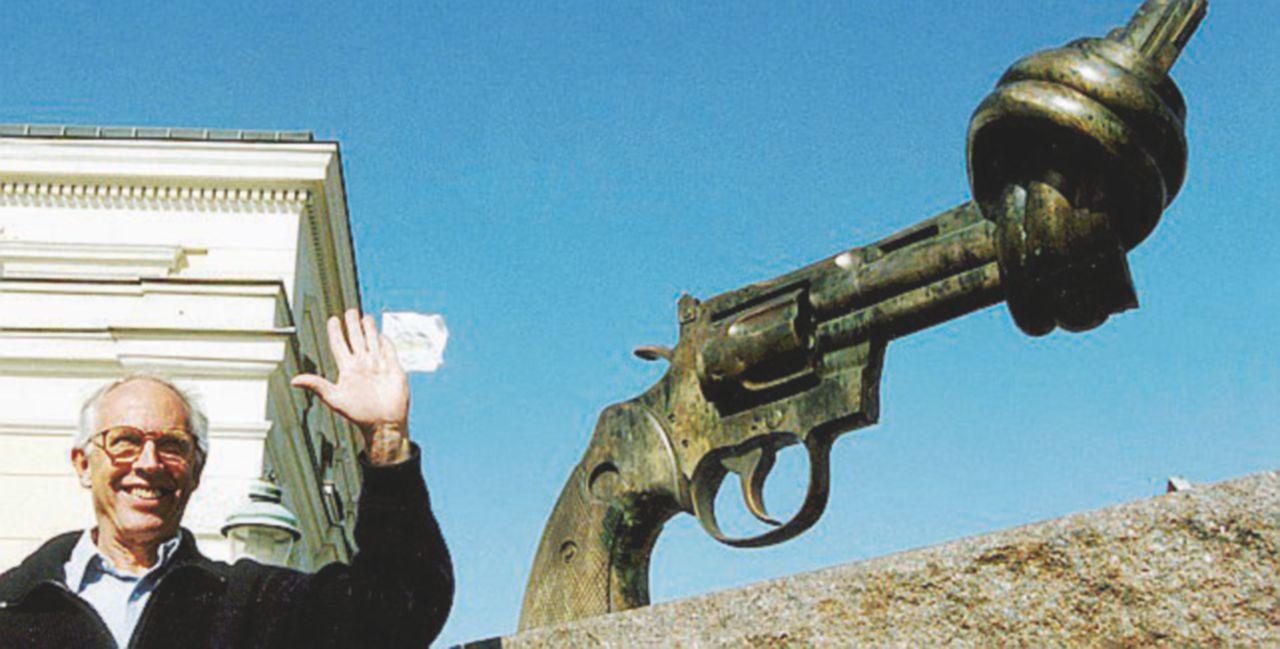 Addio allo scultore della  Colt annodata per John Lennon
