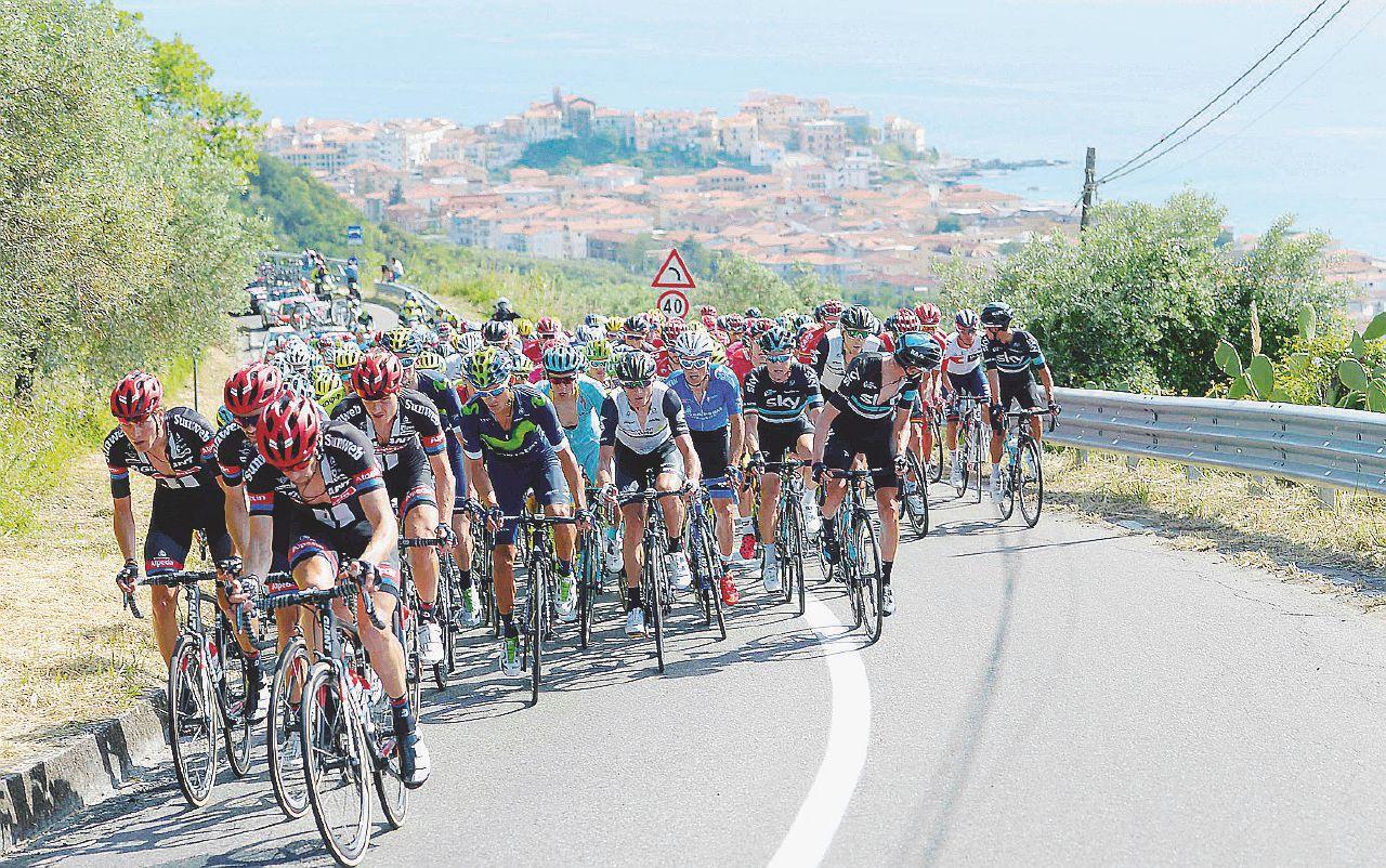 Affaristi, bluff e politica: il Giro di un'Italia a pezzi (nel quale vince Ulissi)