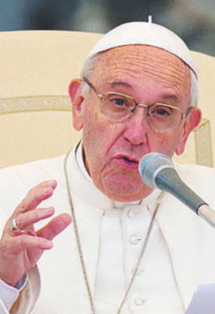 """Il Papa: """"Quanta gente ama cani e gatti, ma lascia sola la vicina"""""""