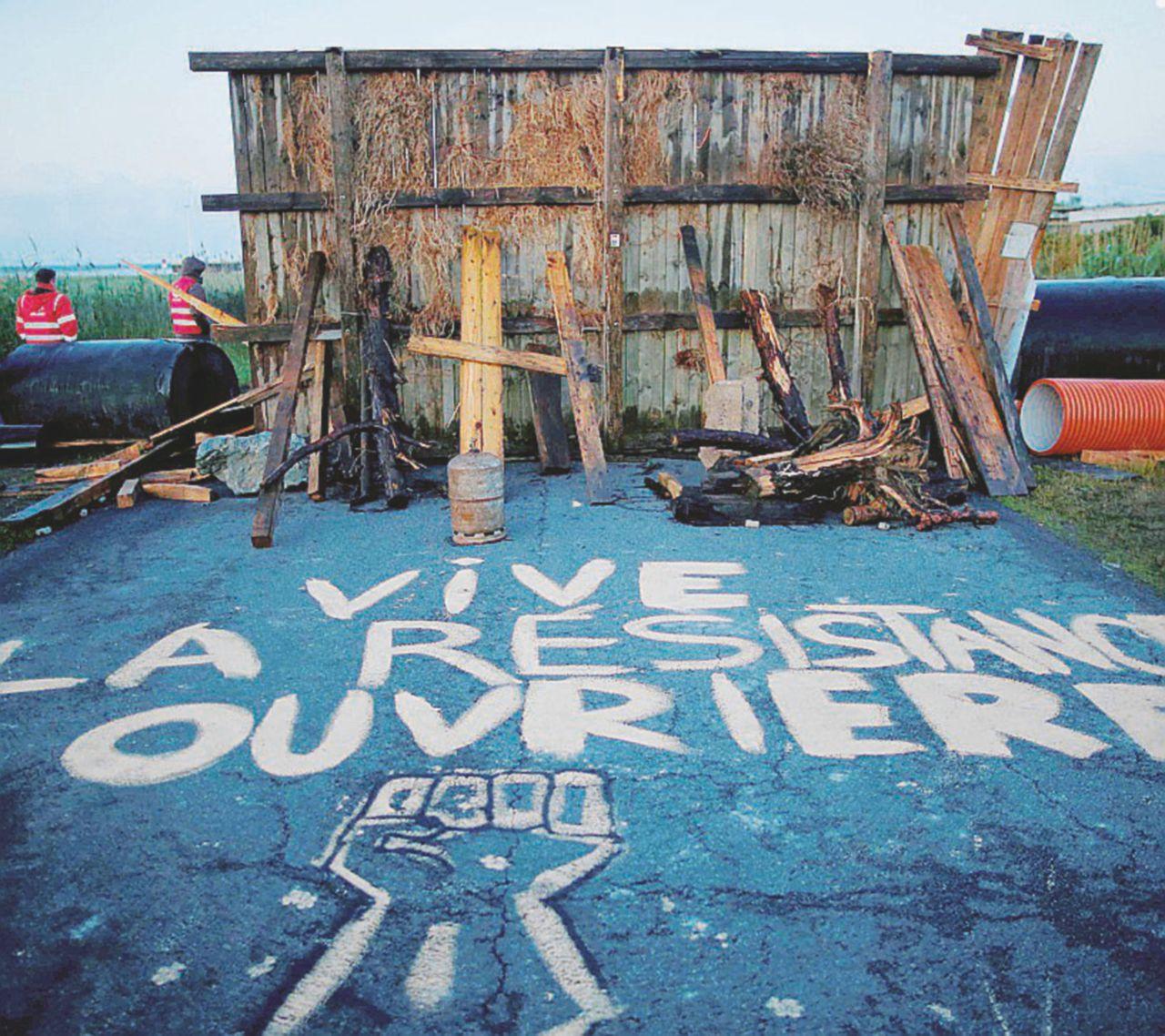 Raffinerie bloccate per sciopero: scontri e rifornimenti a rischio