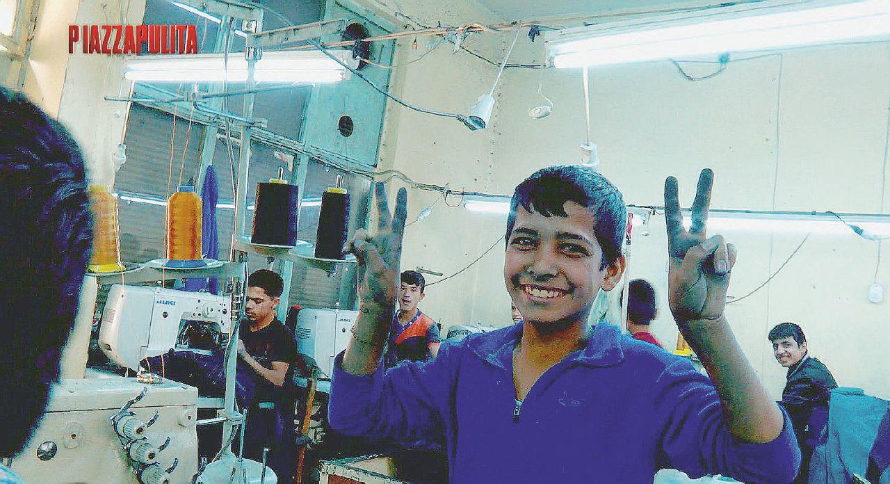 In Turchia tra i bambini siriani che fabbricano vestiti per noi