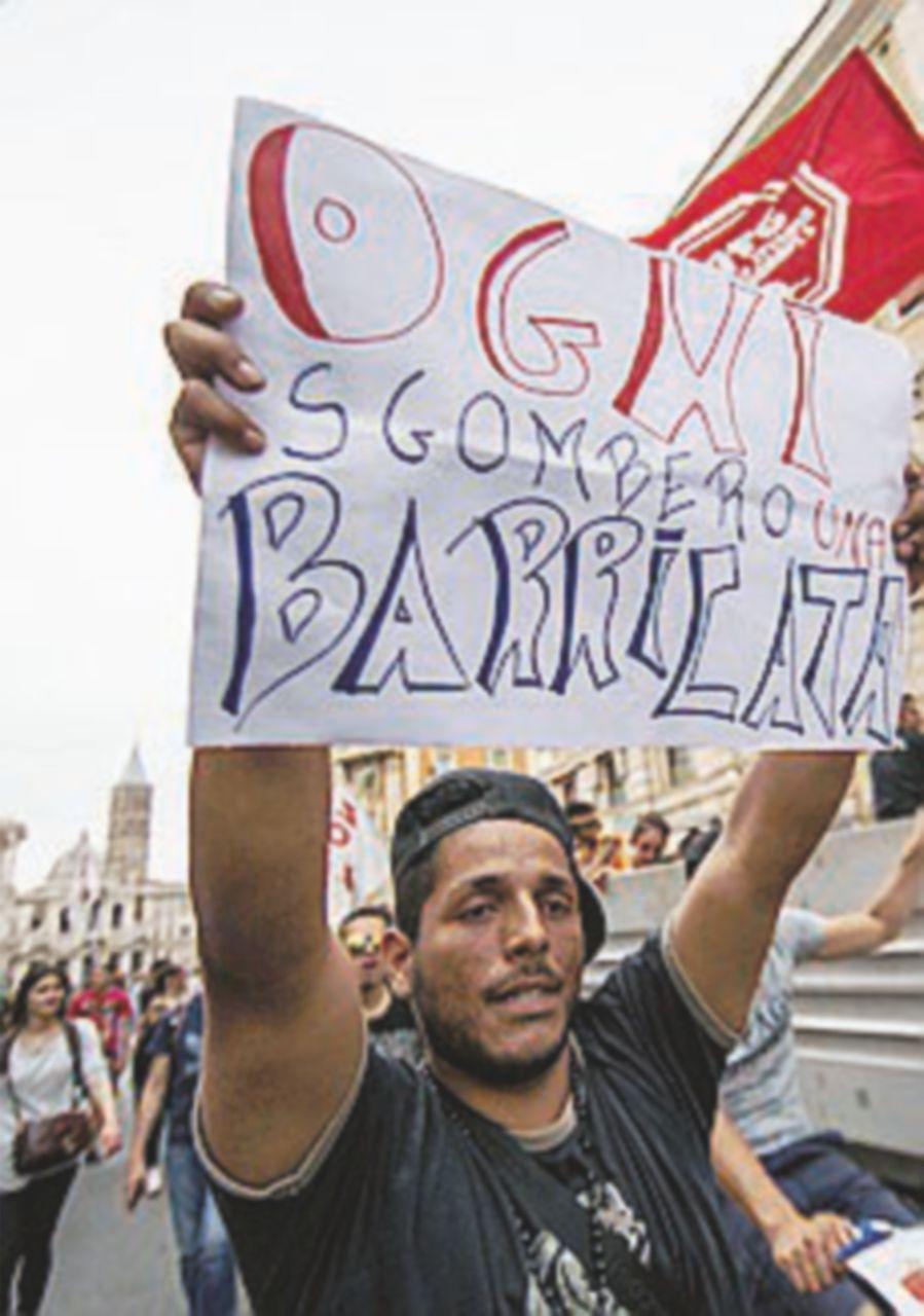 A Roma corteo per la casa, tensioni con la polizia