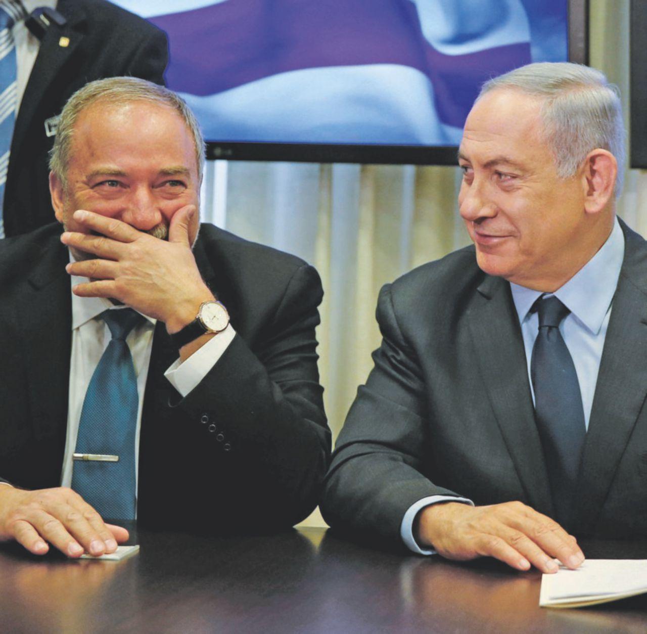"""Netanyahu """"ostaggio"""" dei falchi (e della moglie)"""