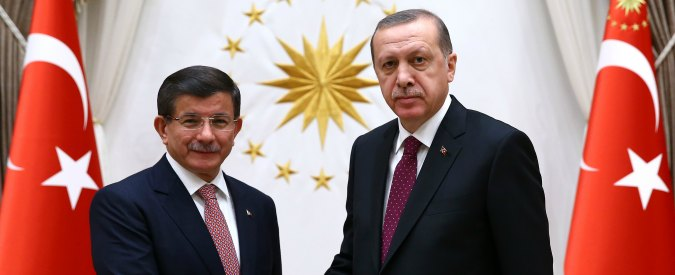 Turchia, Erdogan caccia Davutoglu perché poco allineato. Obiettivo: fare la riforma costituzionale per avere più poteri