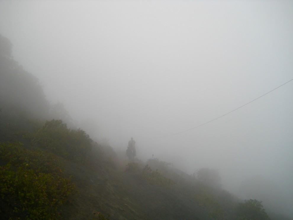 Il fumo avvolge il sentiero sul vulcano Pacaya